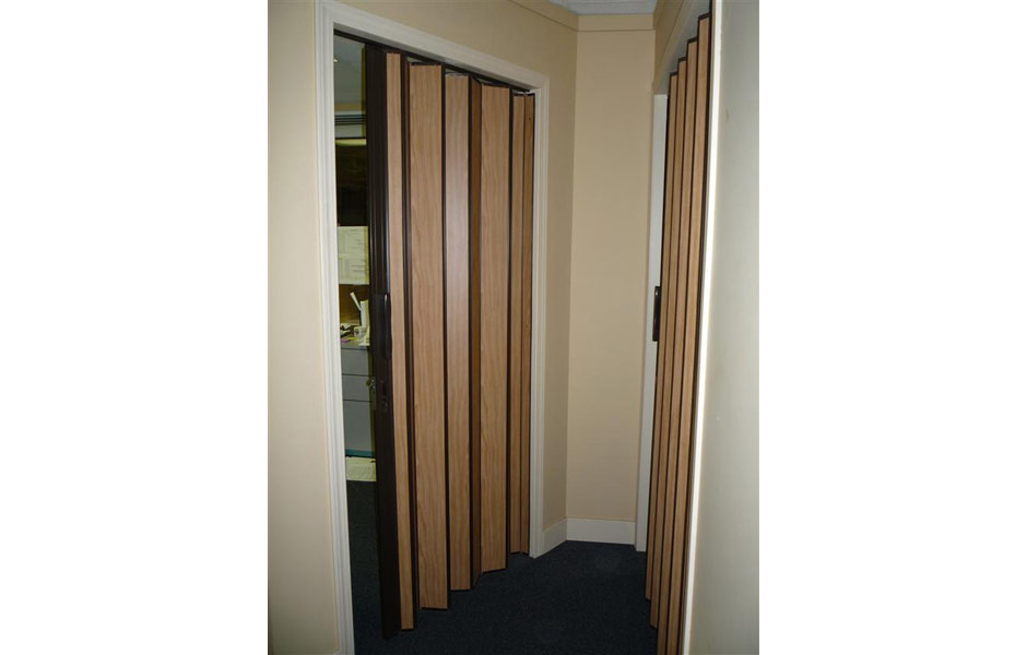 Wood accordion doors interior accordian windows wood for Accordion doors