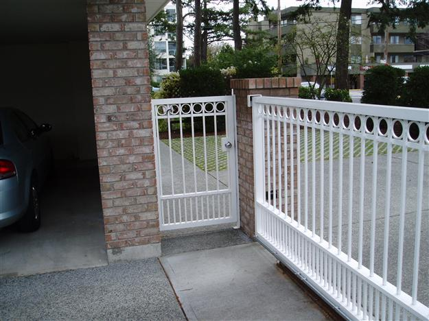 21 Sliding aluminum gate with pedestrian gate