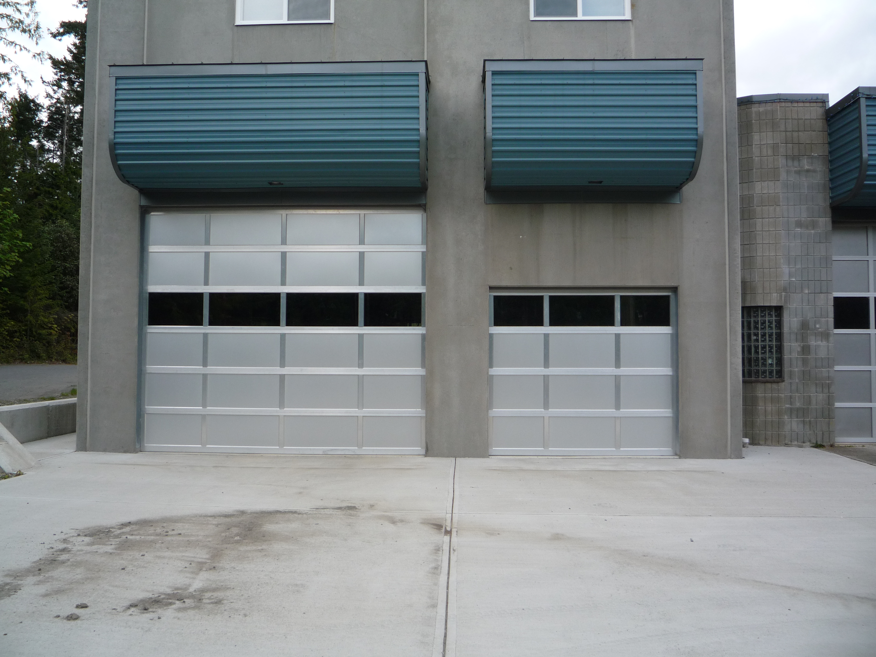 Overhead doors and gates harbour door cd05 commercial aluminum with solid and glass panels rubansaba