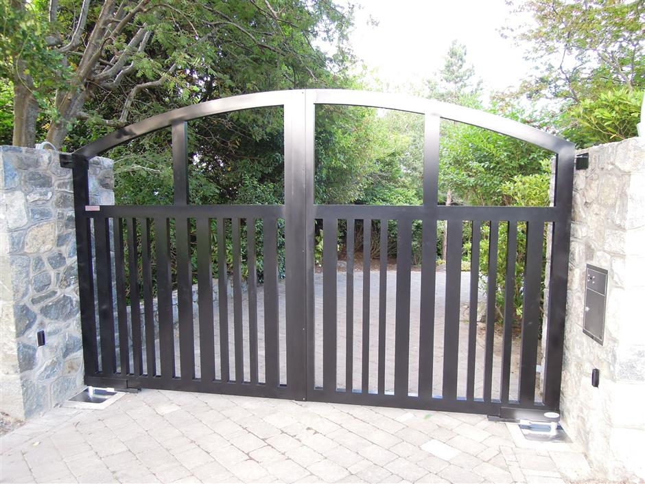 IG06 Custom Aluminum Gate Fabricated with 4×2 and 2×2 Tubing with In-Ground FAAC 770 Operators