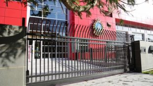 CSG01 Commercial Custom Cantilever Gate with Curved Security Pickets